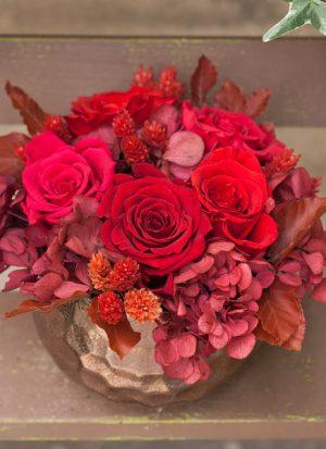 Composición de rosas preservadas rojas